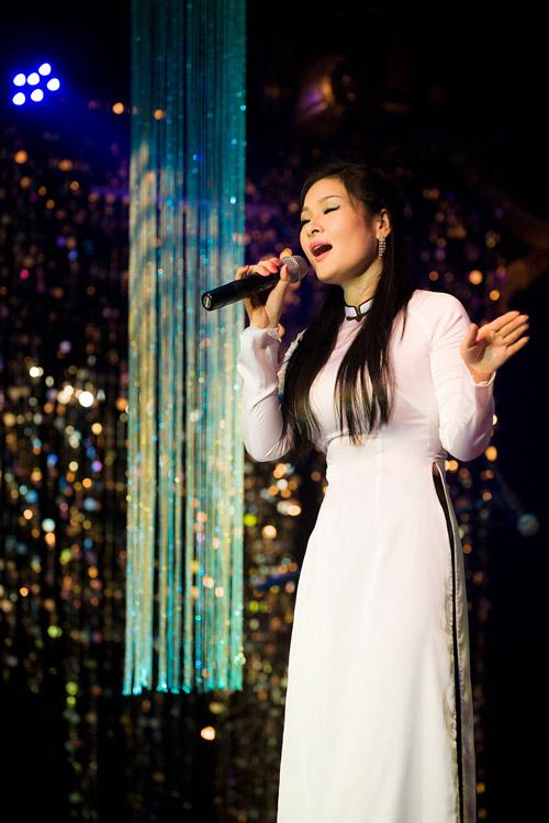 Hoàng Ái My ngỡ ngàng trước tình cảm của khán giả Hà thành - Lặn biển Nha  Trang